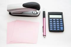 Cucitrice meccanica, carta, penna e calcolatore Fotografia Stock