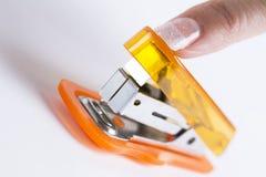 Cucitrice meccanica dell'ufficio pronta a cucire con punti metallici carta Immagini Stock