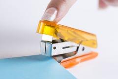 Cucitrice meccanica dell'ufficio pronta a cucire con punti metallici carta Immagine Stock Libera da Diritti