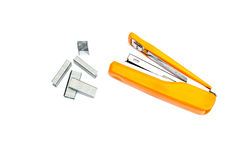 Cucitrice meccanica e Staples di poca cucitrice meccanica arancio con le graffette Fotografie Stock Libere da Diritti