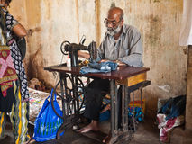 Cucitrice sulla via in India Fotografie Stock