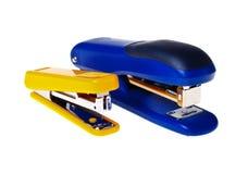 Cucitrici meccaniche gialle e blu (isolate). Fotografia Stock