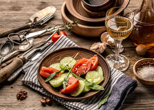cucumers和蕃茄,土气盘简单的沙拉  免版税图库摄影