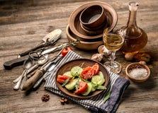 cucumers和蕃茄,土气盘简单的沙拉  库存照片
