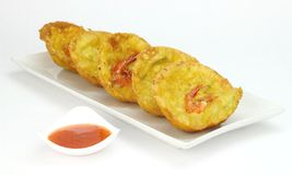 Cucur Udang或在白色板材的大虾油炸馅饼 免版税库存照片
