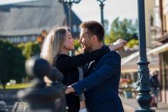 cuddle Coppie amorose su un fondo di vecchia città europea romantica fotografie stock libere da diritti
