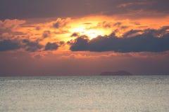 CUDOWNA DRAMATYCZNA MROCZNA niebo chmura NAD wyspa I Obraz Royalty Free