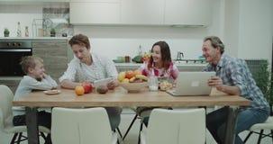Cudowna duża rodzina w ranku podczas gdy brać śniadaniowemu wydatki uroczego czas wpólnie dwa chłopiec bawić się na zbiory wideo