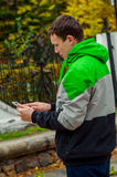 Cudowna jesieni pogoda x27 i it&; s czas patrzeć pastylki wiadomość online Zdjęcie Royalty Free