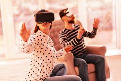 Cudowna kobieta cieszy się nową wirtualną grę obrazy royalty free