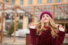 Cudowna młoda kobieta z długie włosy pozować przy ulicą w Kie Fotografia Royalty Free