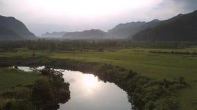 Cudowna rzeka odbija żółtego słońce blisko szerokich arachidowych poly zbiory