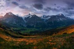 Cudowna scena śnieżne skaliste góry Malowniczy ranek nad wioska w Szwajcarskich Alps, Grindelwald, Bernese oberland obraz stock