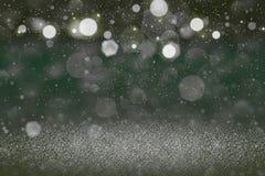Cudownego lśnienie błyskotliwości świateł defocused bokeh abstrakcjonistyczny tło z spada śnieżnymi płatkami lata, wakacyjna mock obrazy stock