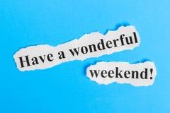 Cudownego Weekendowego tekst na papierze Słowo Cudownego weekend na kawałku papieru com pojęcia figurki wizerunku odpoczynku dobr obrazy royalty free