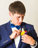 Cudowny ślubny boutonniere na kostiumu fornala zakończenie obrazy royalty free