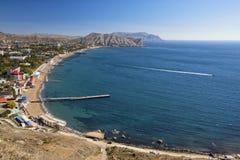 Cudowny krajobraz z widokami Czarny morze i miasto Sudak zdjęcie royalty free