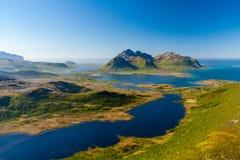 Cudowny Lofoten lata krajobraz z fjords i jasnym niebem, Lofoten wyspy, Norwegia zdjęcie royalty free