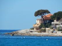 Cudowny obubrzeżny dom przy linią brzegową zdjęcie stock