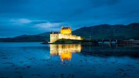 Cudowny półmrok nad loch przy Eilean Donan kasztelem w Szkocja obrazy stock