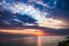 Cudowny półmrok nad spokojnym oceanem w lecie, morze bałtyckie zdjęcie royalty free