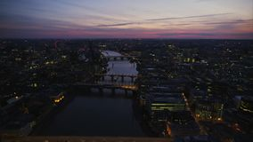 Cudowny różowy zmierzchu niebo nad rzecznym Thames w jaskrawego nocy światła architektury anteny Londyńskiej w centrum panoramie zbiory
