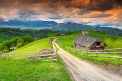 Cudowny Transylvanian wiejski krajobraz z ziemią uprawną i górami, otręby, Rumunia zdjęcia royalty free