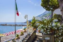 Cudowny Włochy Mała przystań Amalfi wioska z turkusowym morzem i kolorowi domy na skłonach Amalfi Suniemy zdjęcie stock