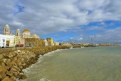 Cudowny widok katedralny De Santa Cruz w Cadiz, Hiszpania w Andalusia, obok dennego Campo Del Sura Fotografia Royalty Free