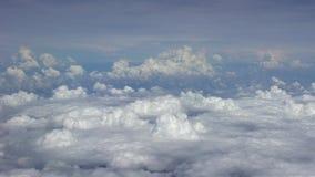Cudowny widok niebo z góry i chmury, widzieć samolotowy okno zdjęcie wideo
