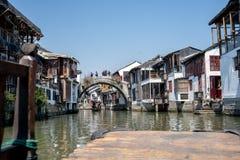 Cudowny widoku Zhouzhuang wody miasteczko w starej łodzi zdjęcia stock
