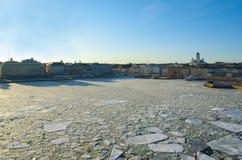 Zmierzchu krajobraz z lodowym dryfem w Helsinki Fotografia Stock
