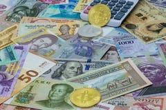 Cudzoziemscy i cyfrowi Bitcoin waluty por?wnania i obliczenia zdjęcie royalty free