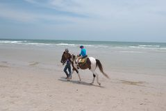 Cudzoziemska ` s dzieciaka przejażdżka koń w Hua Hin fotografia royalty free