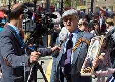 Cudzoziemski dziennikarz przeprowadza wywiad starego człowieka na demonstraci w Moskwa Odświętność zwycięstwo dzień żadny Moskwa zdjęcia stock