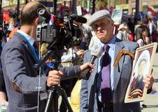 Cudzoziemski dziennikarz przeprowadza wywiad starego człowieka na demonstraci w Moskwa Odświętność zwycięstwo dzień żadny Moskwa zdjęcie royalty free