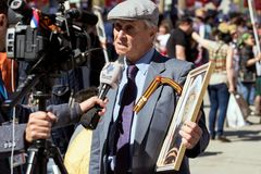 Cudzoziemski dziennikarz przeprowadza wywiad starego człowieka na demonstraci w Moskwa Odświętność zwycięstwo dzień żadny Moskwa fotografia royalty free