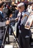 Cudzoziemski dziennikarz przeprowadza wywiad starego człowieka na demonstraci w Moskwa Odświętność zwycięstwo dzień żadny Moskwa obrazy stock