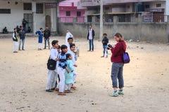 Cudzoziemski fotograf bierze obrazki India?skie ch?opiec w ulicie w Amer Rajasthan indu obrazy royalty free