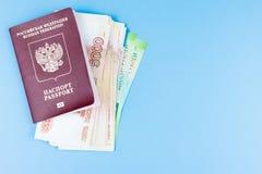 Cudzoziemski paszport z pieniądze obrazy royalty free