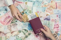 Cudzoziemski paszport z pieniądze południowo-wschodni Azja i amerykanin sto dolarowych rachunków Waluta Hong Kong, Indonezja, Mal zdjęcie stock