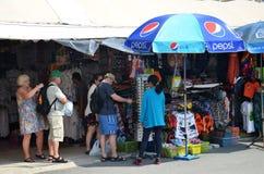 Cudzoziemski turysta kupuje niektóre Tajlandzkie rękodzieło pamiątki zdjęcia stock