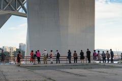 Cudzoziemski turysty spojrzenie przy Złotą zatoką i poparcia Złoty most zdjęcie royalty free