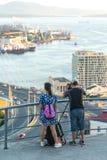 Cudzoziemski turysty spojrzenie przy Złotym mostem i miasto krajobrazem obrazy royalty free