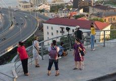 Cudzoziemski turysty spojrzenie przy Złotym mostem i miasto krajobrazem obraz stock