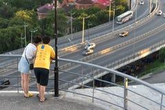 Cudzoziemski turysty spojrzenie przy Złotym mostem i miasto krajobrazem fotografia royalty free
