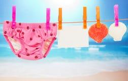 Cuecas, cartão vazio e vieira em uma corda Fotografia de Stock Royalty Free