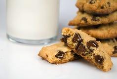 Cuece al horno recientemente las galletas de viruta de chocolate Foto de archivo libre de regalías