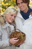 Cueillette de châtaigne de couples. Images libres de droits