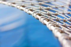 Cuelgue la red de una hamaca Imagenes de archivo